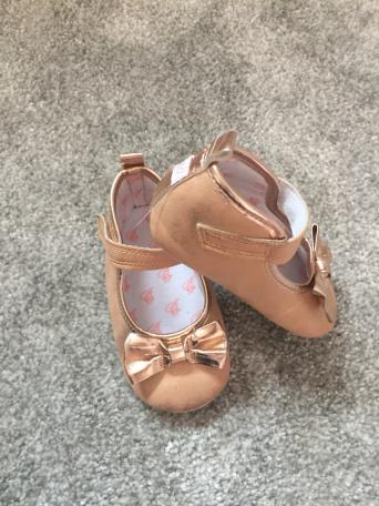 72b64389ad85 ... size 9-12 months. They have bows on and easy Velcro fasting.They are in  very good condition just a little scuff mark at the back of the shoe.